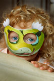 девушка меньшяя маска стоковое фото