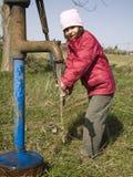 девушка меньшяя старая вода насоса Стоковые Фотографии RF