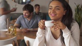 Девушка мечтает над чашкой кофе на кафе стоковые фотографии rf