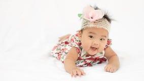 Девушка милого младенца усмехаясь с розовым держателем стоковые фотографии rf