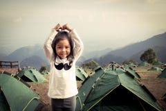 Девушка милого litte азиатская имея потеху в лагере стоковые фото