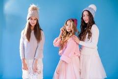 Девушка 3 модная девушек в зиме связала шляпы стоковые изображения rf