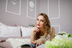 Девушка моды держа вьющиеся волосы женщины кассеты длинное Стоковая Фотография