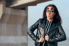 Девушка моды с сальто Steampunk вверх по стеклам и кожаной куртке стоковое фото rf