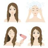 Девушка моет ее волосы Стоковая Фотография