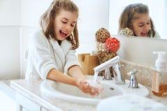 Девушка моет руки стоковая фотография rf