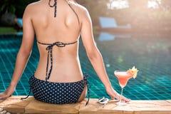 Девушка молодой женщины портрета элегантная в черном выпивая напитке дальше Стоковое фото RF