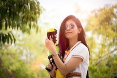 Девушка молодой счастливой красоты азиатская с рубашкой лета водяног стоковая фотография rf
