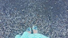 Девушка морем, ноги ` s девушки около воды Стоковые Изображения RF