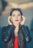 Девушка молодого битника моды красивая в кожаной куртке в ci Стоковое Фото