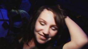 Девушка молодого брюнет счастливая в танце юбки черных верхних джинсов мини в ночном клубе discotheque Насладитесь партией сток-видео