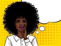 Девушка молодого привлекательного Афро американская хочет сказать секрет Иллюстрация штока