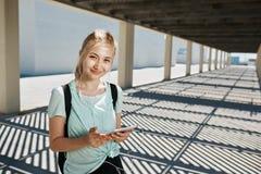 Девушка молодого фитнеса портрета азиатская в musc sportswear слушая Стоковая Фотография