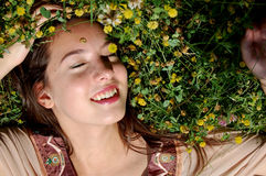 Девушка/молодой womanlaying в усмехаться травы Стоковые Фотографии RF