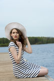 Девушка моды в каникулах на озере Стоковое Фото