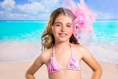 Девушка моды детей в тропическом пляже бирюзы отдыхает стоковые изображения