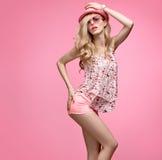 Девушка моды имея танец потехи шальной Розовый шлем Стоковое Фото