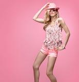 Девушка моды имея танец потехи шальной Розовый шлем Стоковая Фотография RF