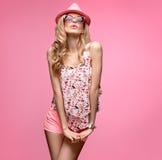 Девушка моды имея танец потехи шальной Розовый шлем Стоковое Изображение