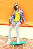 Девушка моды милая с скейтбордом Стоковое фото RF