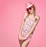 Девушка моды смешная имея потеху Ультрамодная розовая шляпа Стоковые Фото