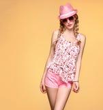 Девушка моды смешная имея потеху Ультрамодная розовая шляпа Стоковая Фотография RF