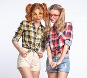 Девушка моды смешная шальная имеющ потеху усмехаться болвана Стоковое фото RF