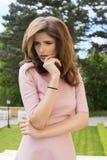 Девушка моды с предпосылкой сада Стоковые Изображения RF