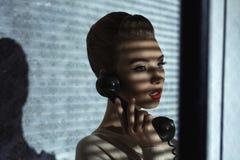 Девушка моды с ретро приемником Стоковая Фотография