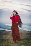 Девушка моды na górze холма Стоковое Фото