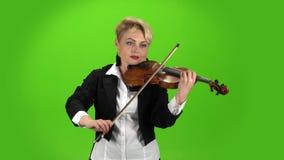 Девушка музыканта играет состав скрипки зеленый экран сток-видео