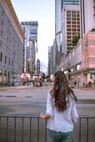 Девушка наблюдающ спешкой дороги Натан в Kowloon Гонконге стоковые изображения