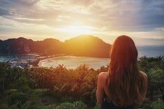 Девушка наблюдая заход солнца на острове Дон Phi Phi, Таиланде Стоковое Фото