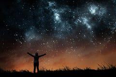 Девушка наблюдая звезды стоковое фото
