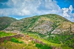 Девушка наблюдая холмы стоковое изображение