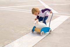 Девушка нажимая кролика на вагонетке Стоковое Изображение