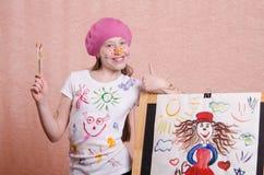 Девушка нарисовала изображение и выставки классифицируют стоковое изображение