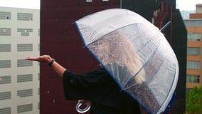 Девушка наслаждается дождем на крыше ее дома сток-видео