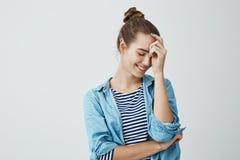 Девушка наслаждается ее молодостью Крытый портрет симпатичной городской европейской девушки в стиле причёсок плюшки полагаясь в н Стоковые Изображения