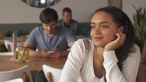 Девушка наслаждается кофе выпивая на кафе стоковое изображение