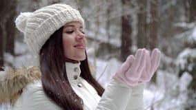 Девушка наслаждаться снежности в девушке леса зимы красивой с длинными темными волосами в белой куртке идя в передние части зимы акции видеоматериалы