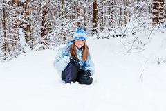 Девушка наслаждаясь днем играя в лесе зимы Стоковые Изображения RF