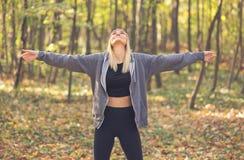 Девушка наслаждаясь солнцем в лесе стоковая фотография rf