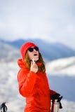 Девушка наслаждается гигиенической губной помадой в горах Стоковые Изображения RF