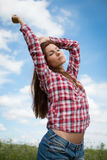 Девушка наслаждаясь ветром лета Стоковые Изображения RF