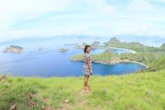 Девушка наслаждаясь взглядом на острове Padar Стоковые Изображения RF