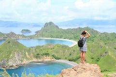 Девушка наслаждаясь взглядом на острове Padar Стоковые Фотографии RF