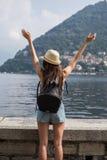 Девушка наслаждаясь видом на озеро Стоковая Фотография