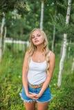 Девушка наслаждаясь ее временем снаружи в парке с заходом солнца Стоковые Изображения RF