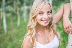 Девушка наслаждаясь ее временем снаружи в парке с заходом солнца Стоковые Фотографии RF